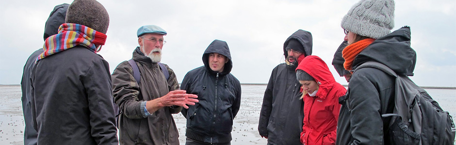 prof. Karsten Reise explains the ecology of tidal flats. Langeneß, GE
