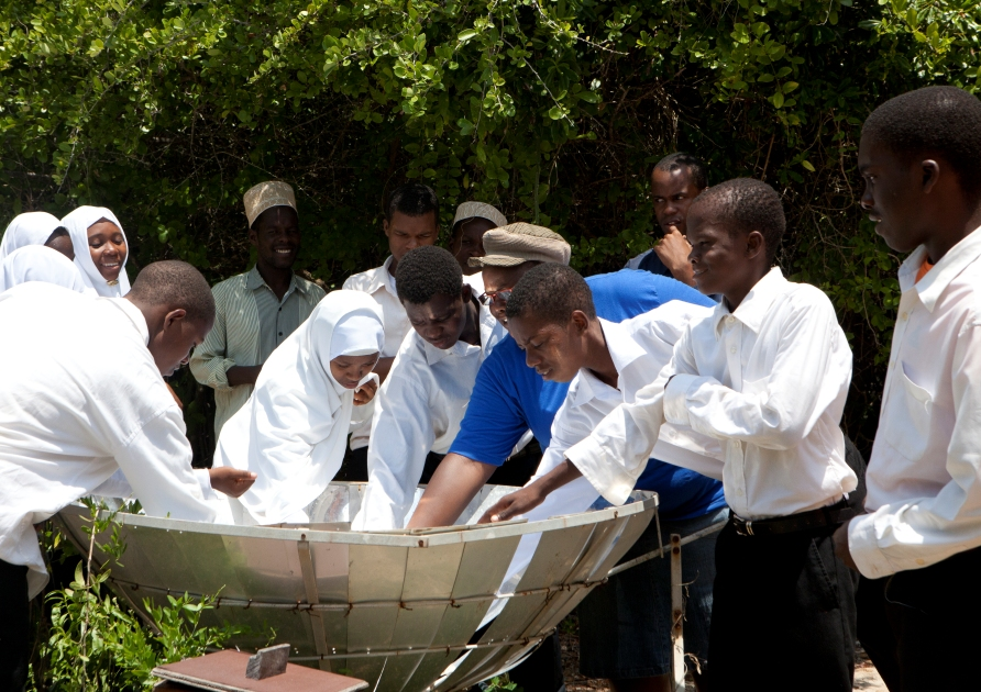 "Zanzibari students discovering and learning ""hands-on"" about solar energy"
