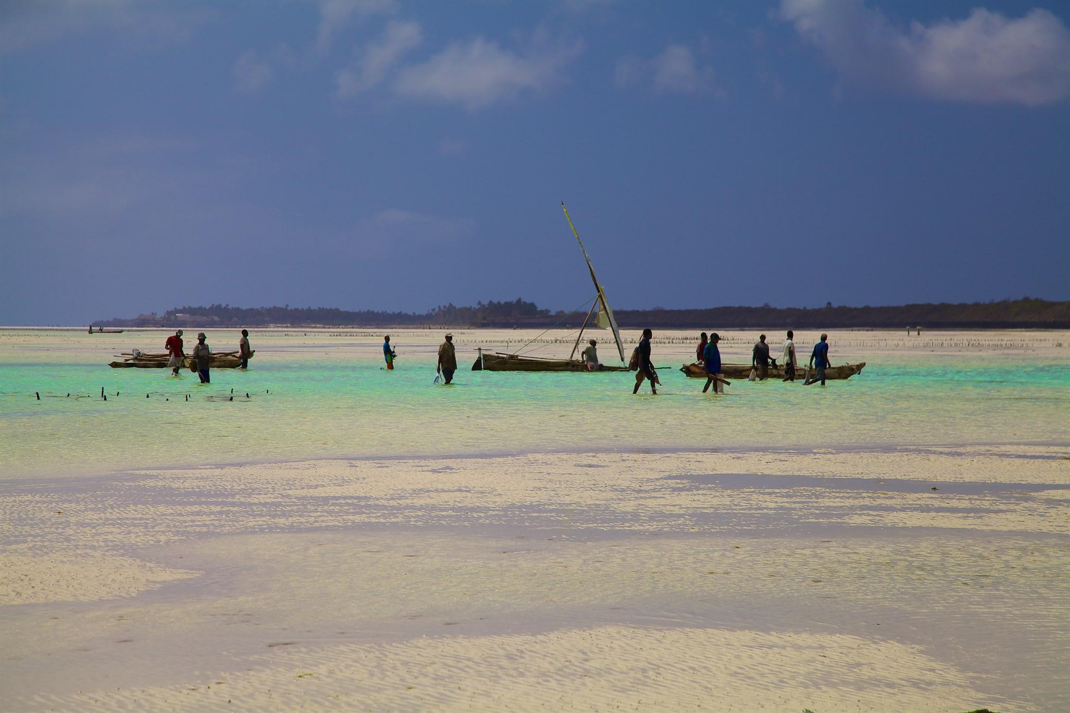 zanzibar-preparing-for-the-days-fishing_f938-2200x1466px