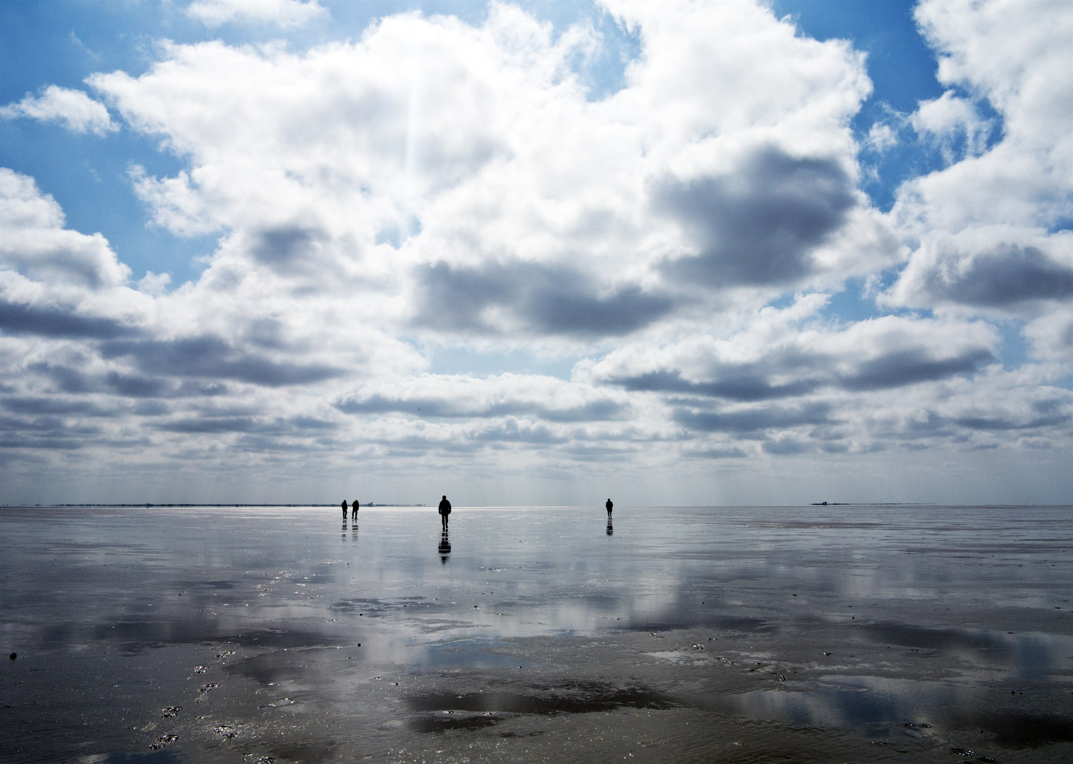 walking-on-the-seabed-from-hallig-hooge-to-japsand-national-park-schleswig-holstein-wadden-sea_15a0-2200x1568px