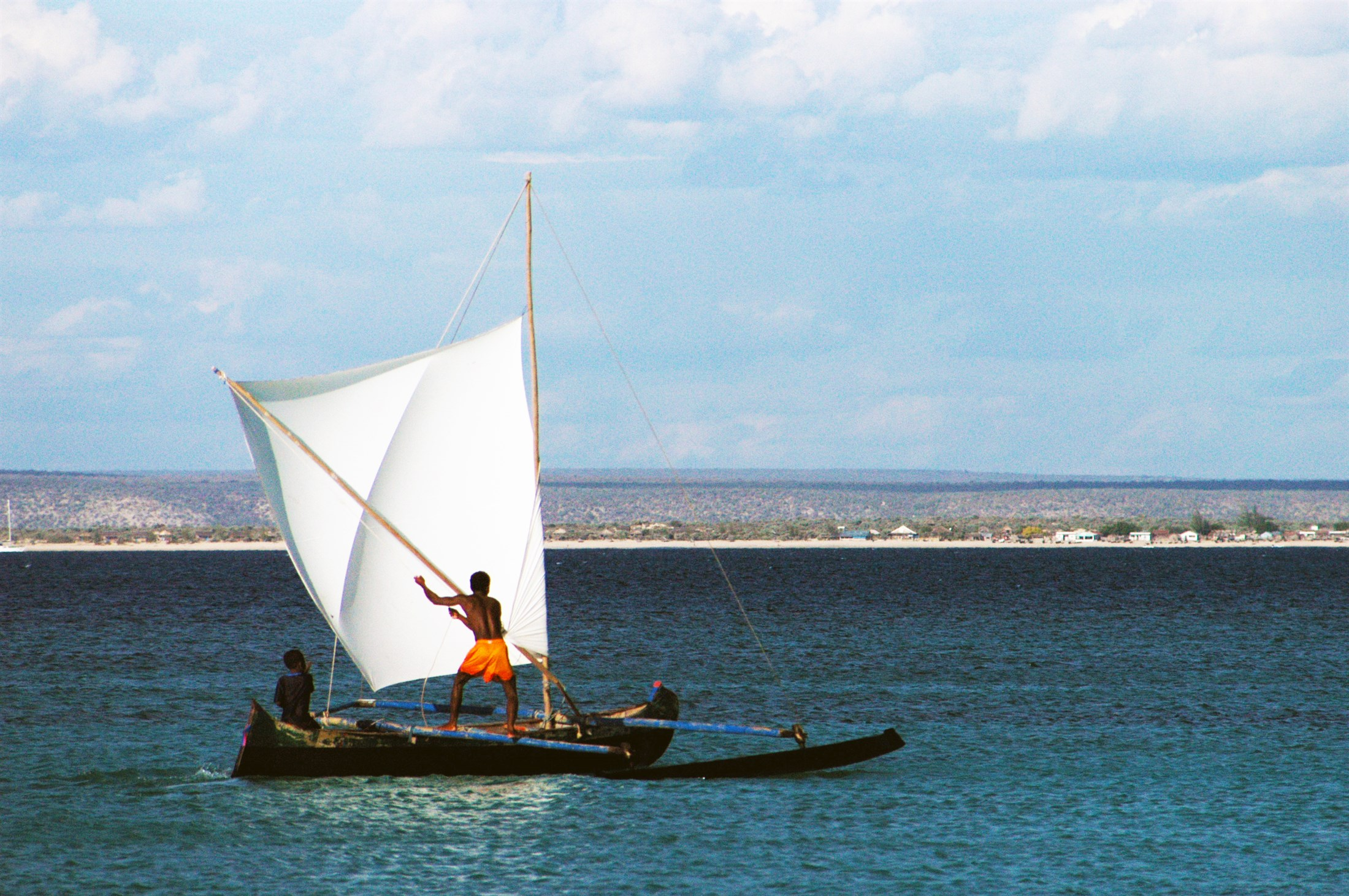 local-peoples-fishing-boat-anakao-south-west-madagascar_fa88-2200x1462px