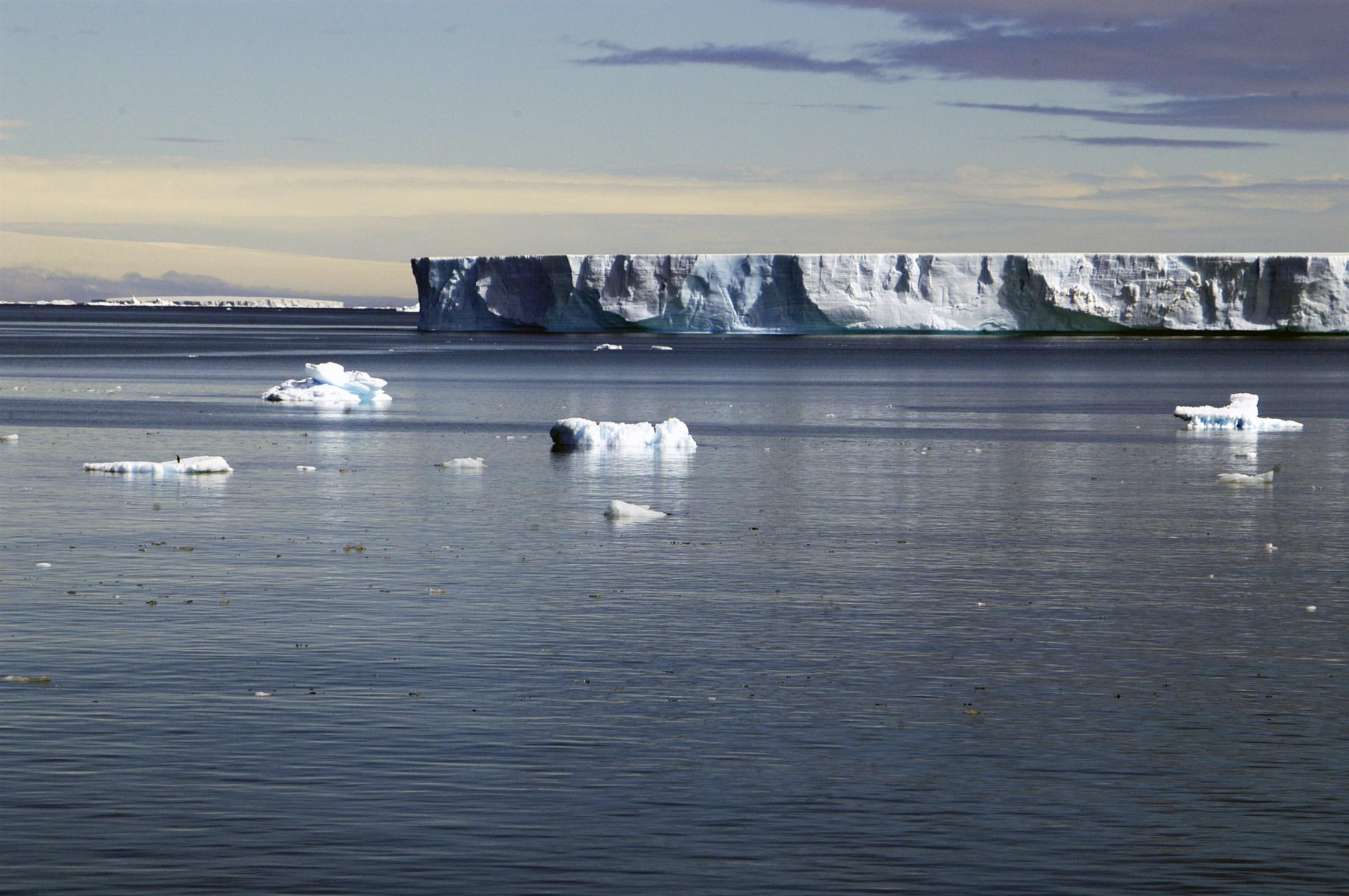 shelf-iceberg-antarctic-peninsula_ab8f-2200x1462px
