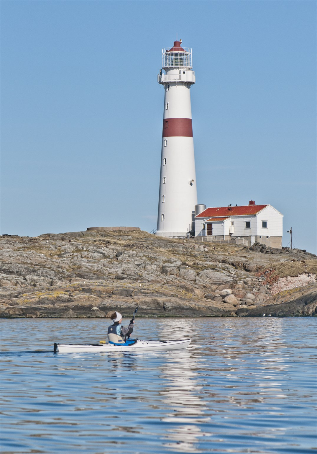 kayaking-in-the-coastal-archipelago-park-of-the-south-coast-sorlandet-of-norway-store-torungen-lighthouse_92f5-1538x2200px